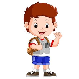 Netter junge auf seinem weg zur schule
