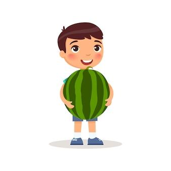 Netter junge, der flache illustration der wassermelone hält. kleines kaukasisches kind und große wassermelone. glückliches jugendliches kind, das mit großer sommerfruchtkarikaturfigur lokalisiert auf weißem hintergrund steht