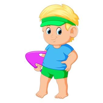 Netter junge, der schwimmenbrett hält