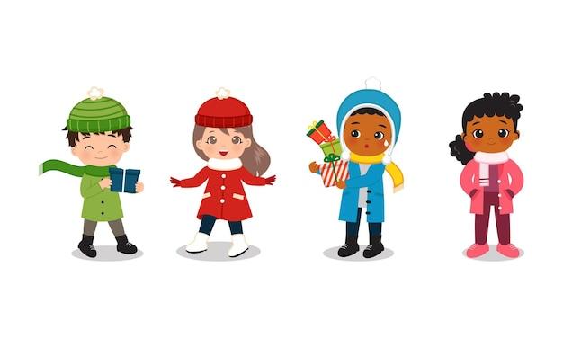 Netter junge und mädchen, die winterkleidungskollektion mit weihnachtsgeschenken tragen