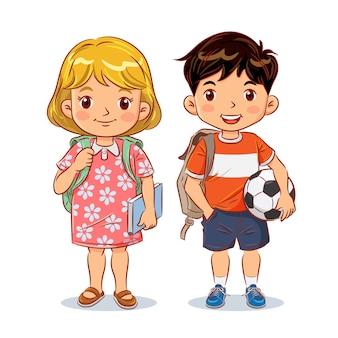 Netter junge und mädchen mit rucksack halten buch und fußball bereit, zur schule zu gehen