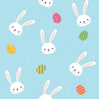 Netter kaninchencharakter mit nahtlosem muster der eier auf himmelblauem hintergrund.