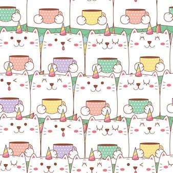 Netter katzen-einhorn-cartoon, der eine tasse mit nahtlosem musterhintergrund der pastellfarbe hält.