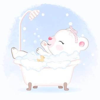 Netter kleiner bär, der ein bad in der badewanne nimmt