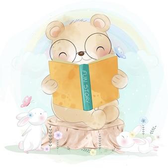 Netter kleiner bär, der ein geschichtenbuch mit hase liest
