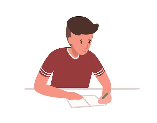 Netter kleiner junge, der am schreibtisch sitzt und schultest lokalisiert auf weißem hintergrund schreibt. student, der sich auf prüfungen an der universität oder im studium vorbereitet. bunte vektorillustration im flachen cartoon-stil.