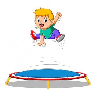 Netter kleiner junge, der auf trampolin springt
