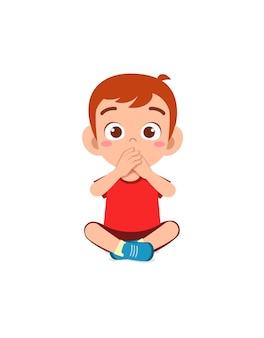 Netter kleiner junge, der den mund mit der handhaltung bedeckt