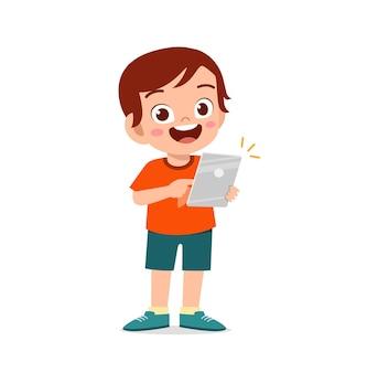 Netter kleiner junge, der smartphone und internetillustration verwendet