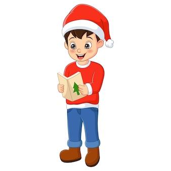 Netter kleiner junge, der weihnachtsmannkleidung trägt, die weihnachtslied singt
