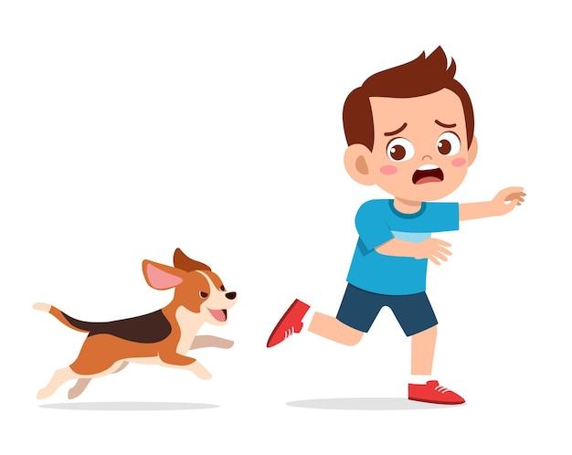 Netter kleiner junge erschrocken, weil er durch schlechte hundeillustration verfolgt wird