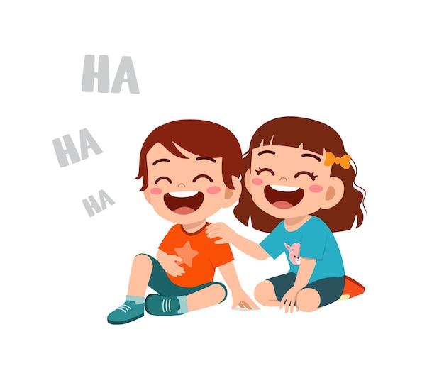 Netter kleiner junge lacht zusammen mit freund