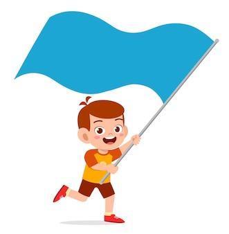 Netter kleiner junge läuft und hält flagge