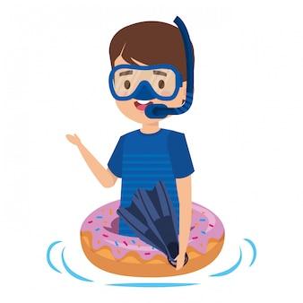 Netter kleiner junge mit donutfloss und -schnorchel