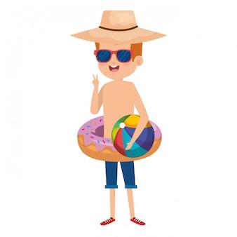 Netter kleiner junge mit donutfloss und strandballon