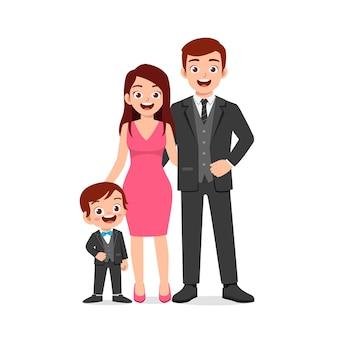 Netter kleiner junge mit mama und papa zusammen
