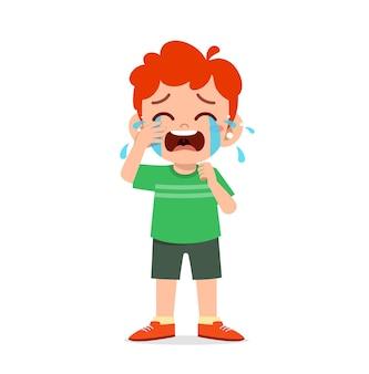 Netter kleiner junge mit weinen und wutanfall-ausdruck