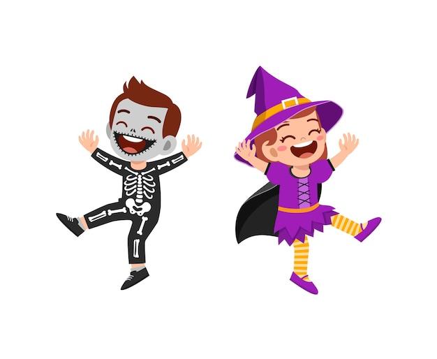 Netter kleiner junge und mädchen feiern halloween mit freund