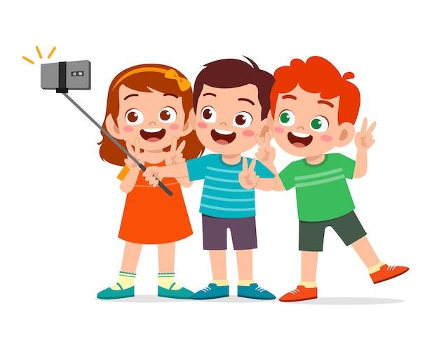 Netter kleiner junge und mädchen nehmen selfie zusammen illustration