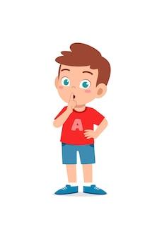 Netter kleiner junge zeigt engen mund mit fingerpose