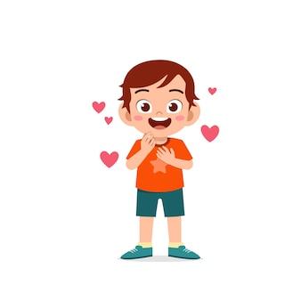 Netter kleiner junge zeigt liebe und küsst pose ausdruck