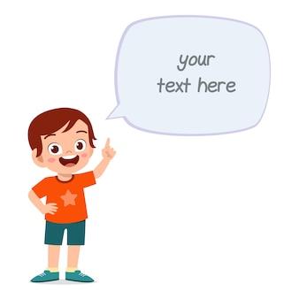 Netter kluger kleiner junge sprechen mit ballon-chat