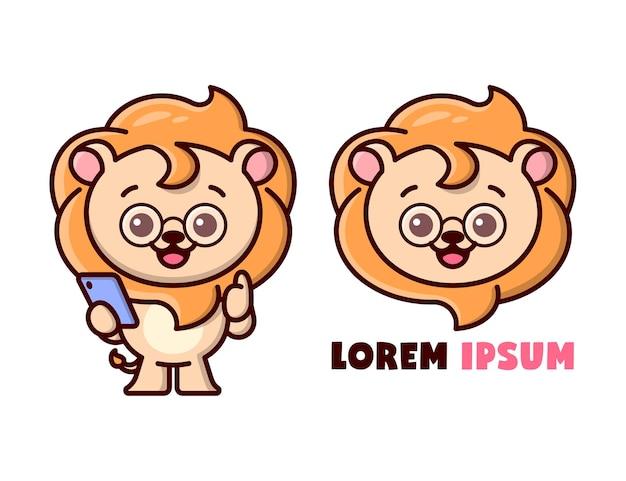 Netter löwe, der eine gläser tragt und ein smartphone hält