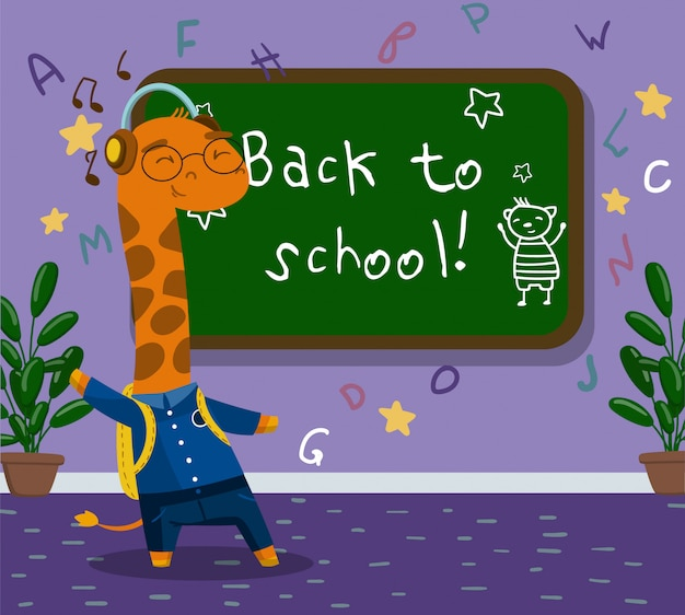 Netter lustiger kleiner giraffentierstudent in der schuluniform, die neben tafel im calssroom steht, zurück zum schulkonzept illustration