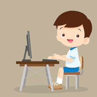 Netter studentenjunge, der mit computer arbeitet