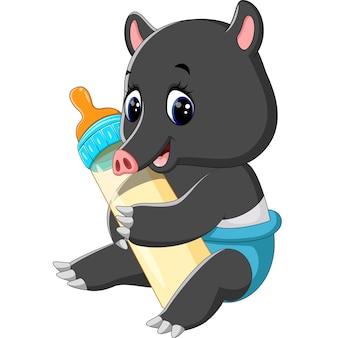 Netter tapir, der milchflasche hält