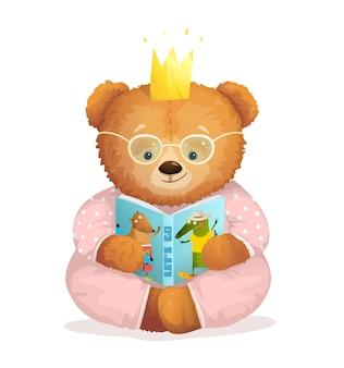 Netter teddybär sitzt beim lesen der buchgeschichte und trägt die krone.