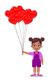 Nettes afrikanisches mädchen, das herzförmige luftballons hält