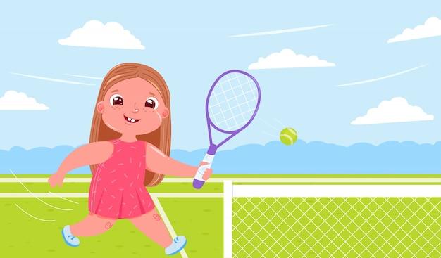 Nettes baby, das tennis mit schläger am gericht spielt. sport gesund leben. tägliche routine.