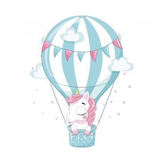 Nettes baby-einhorn auf einem heißluftballon. illustration für babyparty, grußkarte, partyeinladung, modekleidung t-shirt druck.