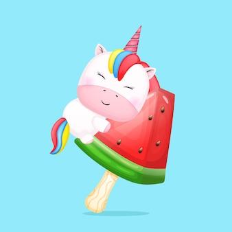 Nettes baby-einhorn, das wassermelonen-eiscreme-cartoon umarmt