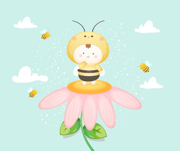 Nettes baby im bienenkostüm auf blume. maskottchen-karikaturillustration premium-vektor
