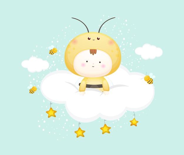 Nettes baby im bienenkostüm auf der wolke. maskottchen-karikaturillustration premium-vektor