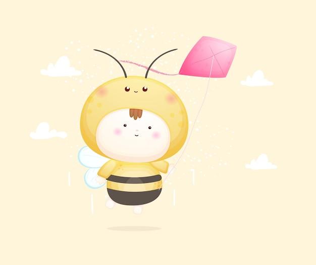 Nettes baby im bienenkostüm, das mit drachen fliegt. maskottchen-karikaturillustration premium-vektor