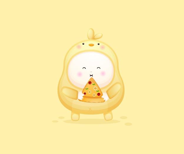 Nettes baby im kükenkostüm, das pizzascheibe hält. maskottchen-karikaturillustration premium-vektor