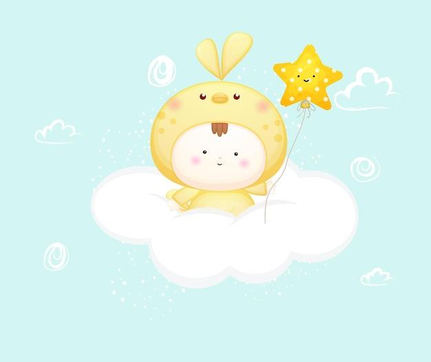 Nettes baby im vogelkostüm hinter wolke, die ballon hält premium-vektor