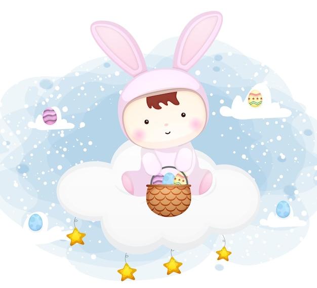 Nettes baby mit hasen-kleid, das auf der wolke mit osterei-zeichentrickfigur sitzt