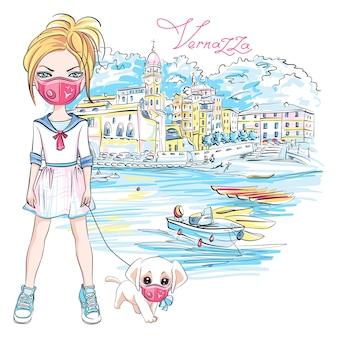 Nettes blondes mädchen, das einen hund während der coronavirus-quarantäne in vernazza, ligurien, italien geht. mädchen und hund in schutzmasken.