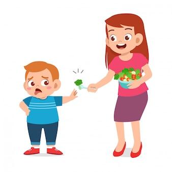 Nettes fettes kind lehnen gesundes neues lebensmittel ab