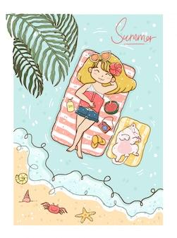 Nettes gelbes haar des mädchens im bikini und in den jeans, die auf see mit weißer flauschiger kätzchenkatze in der sommerzeit sonnen