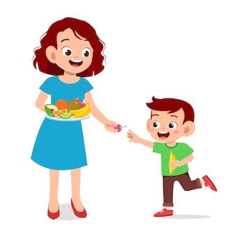 Nettes glückliches kind isst früchte