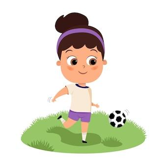 Nettes glückliches kindermädchen, das fußball- oder fußballflachkarikaturillustration spielt fußballspiel