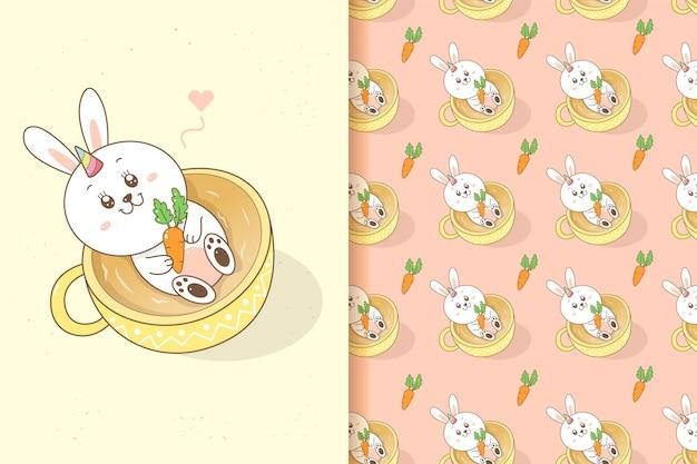 Nettes kaninchen-einhorn, das eine karotte in der kaffeetasse-karikaturhandzeichnung mit nahtlosem musterhintergrund hält.