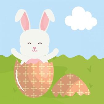 Nettes kaninchen mit defektem osterei gemalt auf dem gebiet