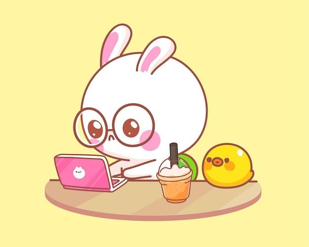 Nettes kaninchen mit ente, die an laptop-karikaturillustration arbeitet