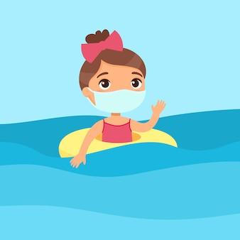 Nettes kind mit einer gesichtsmaske, die spaß im wasser hat und hand winkt. virenschutz, allergien. mädchen, das mit aufblasbarem ring schwimmt. fröhliches kind im badeanzug, das sommeraktivitäten genießt.